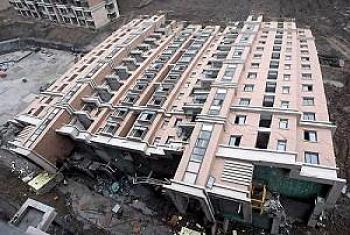 The 13-story building lies on its side. (Internet photo)