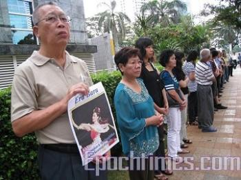 Dissatisfied audiences gathered outside the Chinese Embassy. (Hai Qing/The Epoch Times)