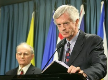 Former Canadian Secretary of State for Asia-Pacific David Kilgour presents a revised report about continued murder of Falun Gong practitioners in China for their organs, as report co-author lawyer David Matas listens in the background, on Jan. 31, 2007. ()