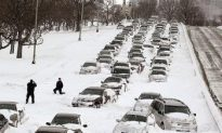 Lake Shore Drive in Chicago Paralyzed as Snowstorm Bears Down