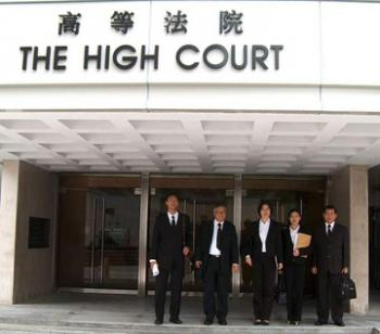 Five Falun Gong practitioners from Hong Kong and Taiwan jointly filed a lawsuit against the Hong Kong Immigration Department over an incident in which 80 Falun Gong practitioners were barred from entering Hong Kong. (The Epoch Times)