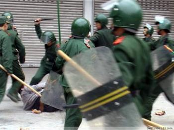 A man is being beaten by riot police. (Provided by mainland China Internet users)