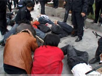 Protesters being arrested. (Provided by mainland China Internet users)