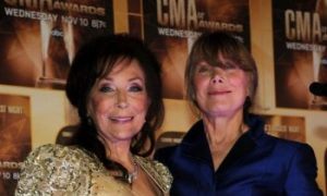 Country Legend Loretta Lynn Breaks Hip, Sister Says