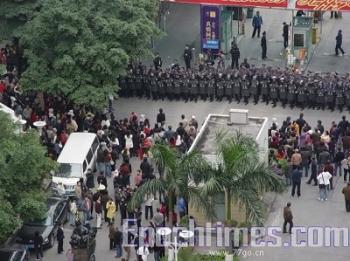 On December 30, 2008, the public protested conversion operations in Guangzhou City, China. The authorities sent thousands of armed police to guard and disperse the public. Conflicts then arose between the public and the armed police. (The Epoch Times)