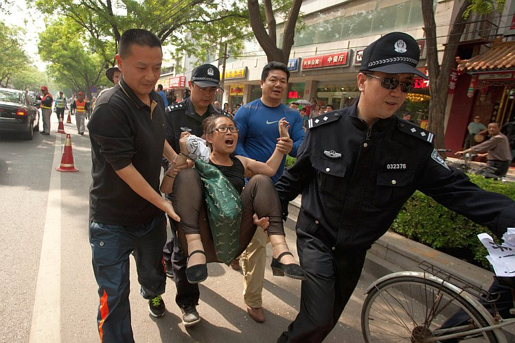 Hundreds Guard Chen Guangcheng During Hospital Stay