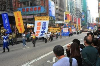 The streets were filled with people watching the celebration. (Li Ming/The Epoch Times)