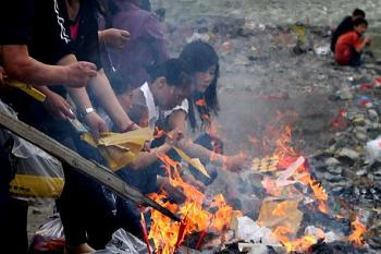 On May 11, 2009, earthquake survivors held a memorial service for lost family members in Mianyang City. (Getty Images)