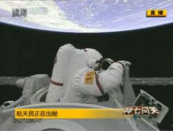 A Chinese astronaut exits the spacecraft. (Intercepted image)