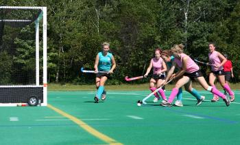 Central West players (pink) try to defend their empty net. (Samira Bouaou/The Epoch Times)