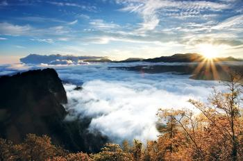 HERE COMES THE SUN: A sea of clouds in the heights accentuates the famous scenic sunrise on Mount Ali. (Courtesy of Taiwan Tourism Bureau)