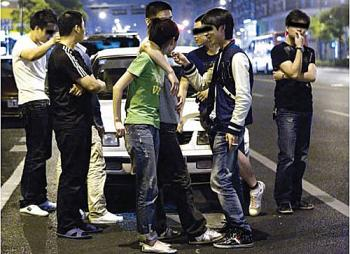 After the incident, the driver chats and laughs with friends. (Epoch Times Archive)