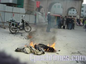 At about 3:15 p.m. on Jan. 26, 2010, 68-year old Zeng Huanjia of Yancheng City, Jiangsu Province poured gasoline over himself and set himself on fire in front of his home on Yingbin Road, causing extensive burns. (The Epoch Times)