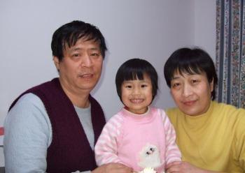 Zhang Lianying and her husband, Niu Jinping, with their daughter Qingqing. (Courtesy of minghui.ca)