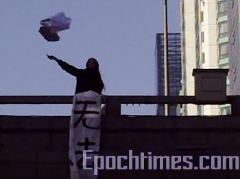 Zhao Chunhong throwing flyers. (Photo provided by Zhao Chunhong)