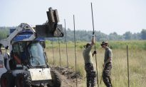 Soldiers in Hungary Begin Building Fence to Stop Migrants