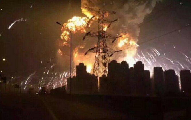 A picture of the Tianjin explosion captured by a witness. (@sunlinger/weibo.com)