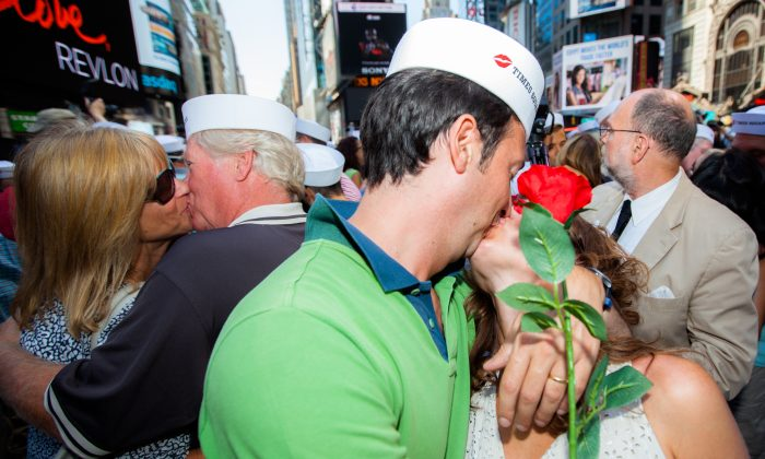 Kiss-in on V-J Day on Times Square, New York, on Aug. 14, 2015. Hundreds of couples gathered to mimic the sailor kissing a woman on the square 70 years ago to celebrate the victory over Japan and the end of the World War II. (Petr Svab/Epoch Times)