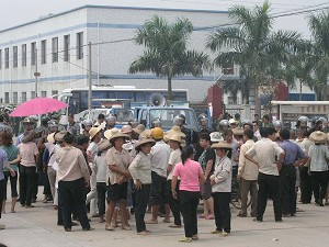Confronted with 1,000 special task police on September 12, villagers were very worried (The Epoch Times)