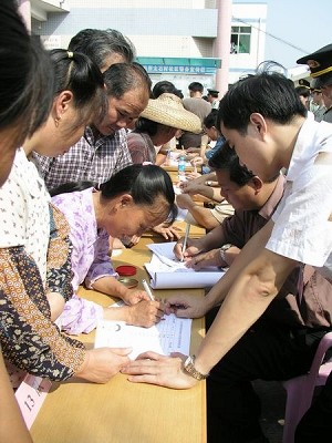 Signing petition to remove corrupt village head -  Scene 1 (The Epoch Times)