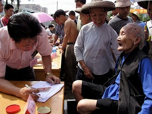An woman in her 90s comes to support the petition (The Epoch Times)
