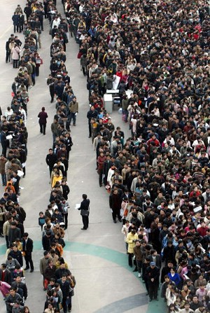 Xi&#039an City: long lines of people waiting to apply for advertised jobs (Getty Images)