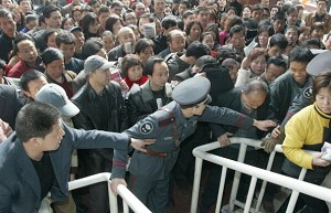 Xi&#039an City: job-seekers fighting to keep a place in the queue (Getty Images)