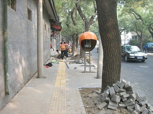 The picture shows the east sidewalk at the south end of Nanchang Street where no trace of burning have taken place. There are also workers doing construction at the scene. Photo was taken on November 4, 2005. (The Epoch Times)