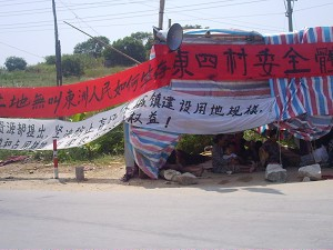 October 9, banners besides Dongzhou Road and the temporary tent set up by villagers for the protesters to take a rest in. (The Epoch Times)