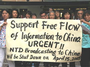 Staff members of Australia NTDTV and local viewers express their support.