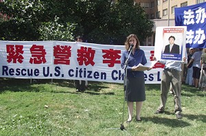 """Ms. Laura Hatton from Friends of Charles Lee  reads """"A Letter to Mr. Hu Jintao."""" (The Epoch Times)"""