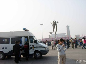 Making arrests on the Tiananmen Square. (The Epoch Times)