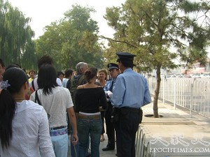 Policemen questioning foreigners. (The Epoch Times)