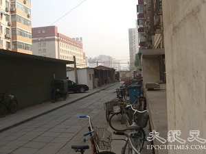 A white bungalow was built across the road from Gao's apartment building (The Epoch Times)