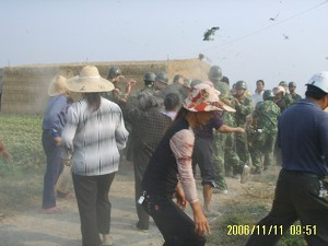 Farmers in Xindu Town, Putian City, Fujian Province, clashed with over one hundred armed officers, November 12, 2006. About a dozen people were hospitalized and one of them is in critical condition. (Photo provide by an insider)