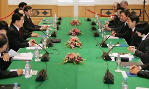 On November 18, Hu Jintao and Abe Shinzo held a meeting in Hanoi, Vietnam. (Itsuo Inouye/AFP/Getty Images)