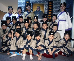 On September 16, 2006, Tongxue Center held a curriculum demonstration in Shenzhen City where 20 children attended a half-day National Studies class. (The Epoch Times)
