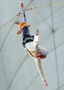 At only 30 meters from the ground, the rubber pulled Chen Guanxi back. The total jumping distance was 203 meter. (The Epoch Times)