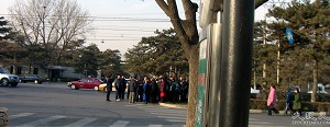 Plain clothed police surround petitioners in front of the Diaoyutai State Guesthouse. (The Epoch Times)
