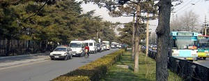 About 10 police vehicles parked to the left of the main entrance of the Diaoyutai State Guesthouse. (The Epoch Times)