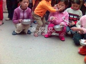 Children of injured villagers, and orphans, begging on the streets. (The Epoch Times)