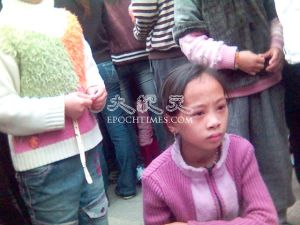 The child of severely injured Liu Muzong, has nobody in her family to care for her and she has no means to survive.  (The Epoch Times)