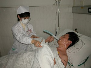 Li Gang was in a hospital bed on February 18, 2006. (Photo provided by business owners)