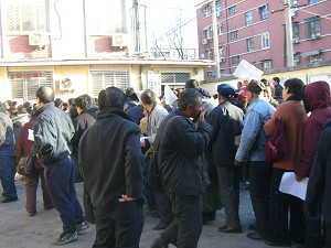 Appellants line up for application forms at the Supreme Court petition office, March 2006 (The Epoch Times)