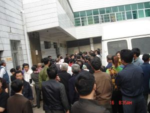 On May 16, the Court in Longhui County, Hunan Province opened the trial of Yang Xiaoqing. Hundreds of Longhui residents stood outside the court to support Yang.  Police took a camera away but later crowds retrieved it allowing these photos to appear on the Internet. (The Epoch Times)