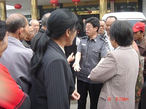 Longhui residents argue with the police. (The Epoch Times)