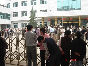 Longhui local residents went to court to support Yang Xiaoqing. (The Epoch Times)