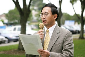 """Dr. Liu Jiesen speaks at a rally in Los Angeles in support of the great wave of 11 million """"three withdrawals"""". (The Epoch Time)"""