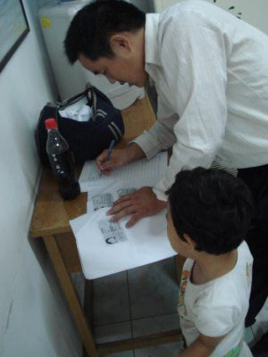 Li Xige's husband and daughter at appealing at the Division of Complaints, July 27. (Hu Jia)