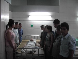 Villagers visit elderly villager Zou Wanqi who was beaten up by the police. (The Epoch Times)